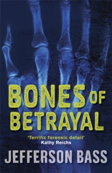 Bones of Betrayal : A Body Farm Thriller, Paperback