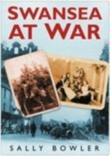 Swansea At War, Paperback / softback Book