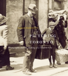 Picturing Toronto : Photography and the Making of a Modern City, Hardback Book