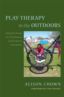 Play Therapy in the Outdoors : Taking Play Therapy out of the Playroom and into Natural Environments, Paperback / softback Book
